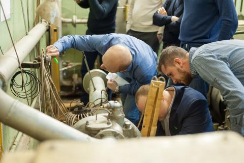 Проведение лабораторной работы группой слушателей от Газпром нефти