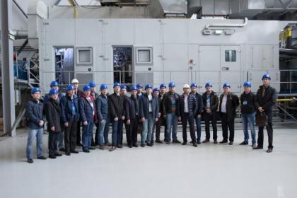 Ю.В. Кожухов, С.В. Карташов и слушатели курсов повышения курсов повышения квалификации от Газпром нефть на экскурсии на РЭП Холдинг