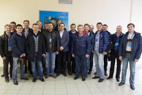 С.В. Карташов со слушателями курсов научно-ининирингового центра от Газпром нефти на Компрессорном комплексе