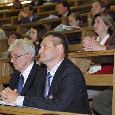Симпозиум 2012: директор компании Ариель интернешнл корпорэйшн Игорь Александрович Легун на выступлениях докладчиков симпозиума.
